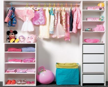 Как правильно складывать вещи в шкафу?