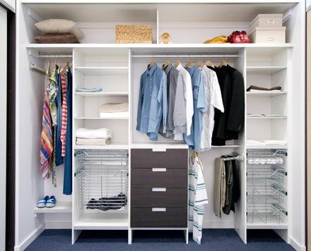 Как развесить одежду в шкафу